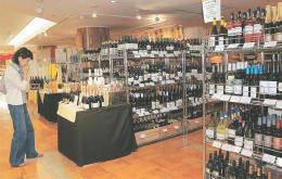 フランスなどEU産のワインが並ぶ藤崎の売り場