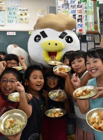 チキン南蛮への理解を深め、給食で味わった旭小児童