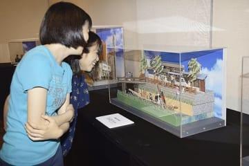 「神の手・ニッポン」展の内覧会でペーパーアートの作品に見入る来場者