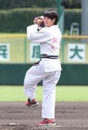 開幕試合で始球式を務めた柔道女子の阿部詩