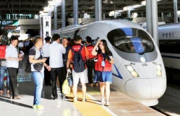 蘭州西駅で出発を待つ高速鉄道=9日、中国甘粛省(共同)