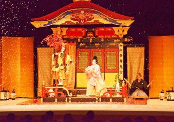 子ども歌舞伎の東京公演で「紅葉狩」を演じた春日山の子ども役者ら(東京都千代田区・国立劇場)