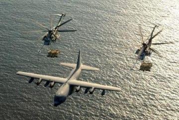 KC130空中給油機から燃料を補給する米軍のヘリコプター=2003年(ロイター=共同)