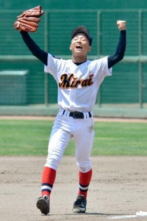 全国高校野球選手権福島県大会の初勝利をノーヒットノーランで飾り、ガッツポーズで喜ぶふたば未来学園高の草野陸世君=11日午前、福島県いわき市