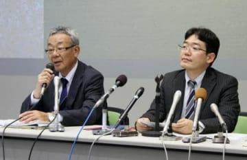 高松地裁に提訴後、記者会見するJASRACの大橋健三常務理事(左)ら=11日午後、高松市
