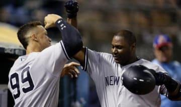 6月のアスレチックス戦で本塁打を放ち、ジャッジ(左)から祝福を受けるカーター=オークランド(AP=共同)
