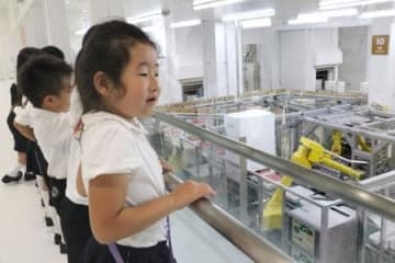 アイスクリーム工場の見学をする園児たち=12日、千葉県野田市