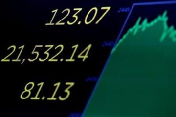終値の過去最高値を示すニューヨーク証券取引所のスクリーン(ロイター=共同)
