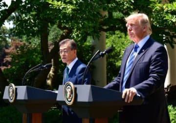 共同記者会見を行う韓国の文在寅大統領(左)とトランプ米大統領=6月30日、ホワイトハウス(UPI=共同)