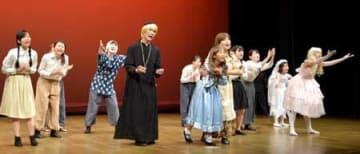 16日の本番に向け練習に励むミュージカルの出演者ら(甲賀市甲南町・忍の里プララ)