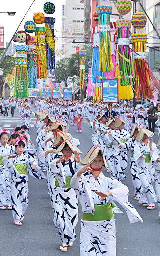 通りを覆う七夕飾りの下、優雅な舞の隊列が中心街を進んだ八戸小唄流し踊り=14日午後5時58分、八戸市三日町