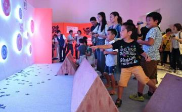 体験コーナーなどが多くの家族連れでにぎわった「忍者展」=15日午前、宮崎市・みやざきアートセンター