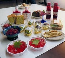 宍粟市内の和洋菓子店やカフェが考案した「しそスイーツ」=宍粟市山崎町山崎
