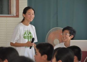 旭中でプレゼンテーションする、東未來さん(左)と母・千織さん