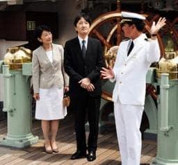 海王丸の馬谷正樹船長から説明を受ける秋篠宮ご夫妻=18日午後、神戸港(撮影・上杉順子)
