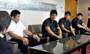 世界柔道選手権への意気込みを語る(右から)王子谷、羽賀、永瀬と中村監督