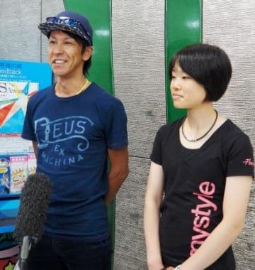 帰国し取材に応じる葛西紀明(左)と伊藤有希=20日午前、成田空港