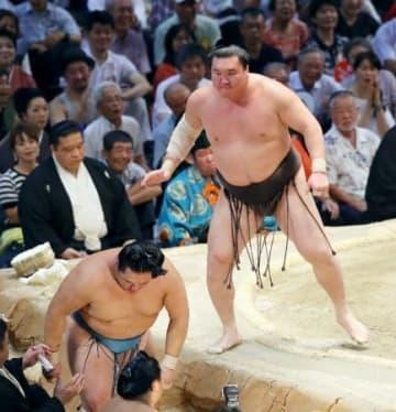 横綱白鵬が寄り切りで玉鷲(下)を下し、元大関魁皇(現浅香山親方、左奥)に並んで史上1位となる通算1047勝目を挙げた=20日、愛知県体育館