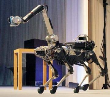 缶をつかむ四足歩行型ロボット=20日、東京都港区