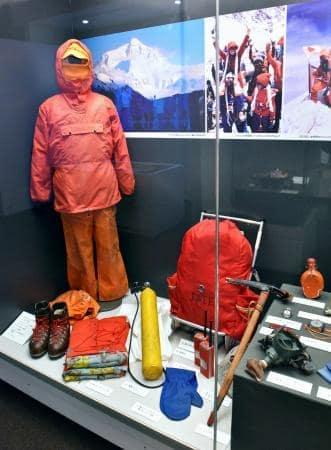 手作りの手袋(手前下)など田部井淳子さんの登山用具=東京・世田谷文学館