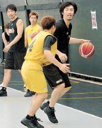 チーム初練習で志村(手前)を相手に攻撃の動きを確認する新加入の藤田