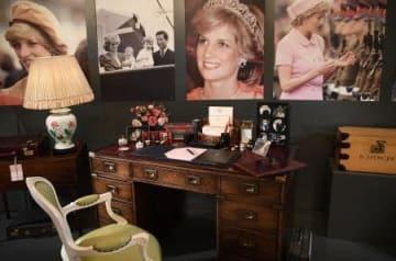 ダイアナ元皇太子妃が生前愛用していた机=20日、ロンドン中心部のバッキンガム宮殿(ゲッティ=共同)