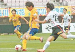仙台-浦和 0-2の後半40分、左足でゴールを決める仙台・浜田(左から2人目)