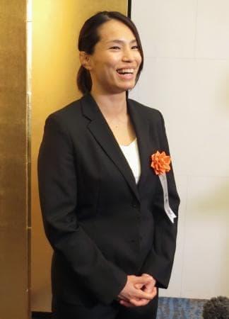 笑顔で報道陣の取材に応じる柔道女子の松本薫=23日、東京都内