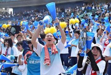 甲子園出場を決めた瞬間、喜びを爆発させる聖心ウルスラ学園の応援席=23日午後、宮崎市のKIRISHIMAサンマリンスタジアム宮崎