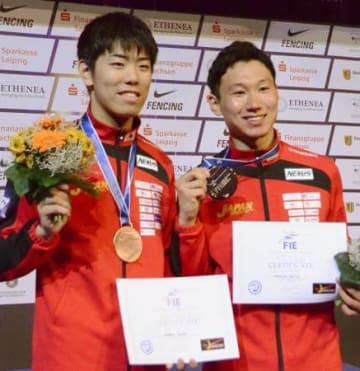 表彰式を終え、笑顔を見せる銅メダルの敷根崇裕(左)と銀メダルの西藤俊哉=23日、ライプチヒ(共同)