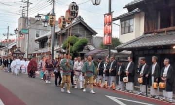 歴史的な町並みの中を練り歩くみこし=桜川市真壁町真壁