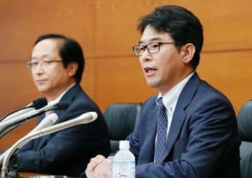 日銀政策委員会の審議委員に就任し、記者会見する片岡剛士氏(右)と鈴木人司氏=25日午後、日銀本店