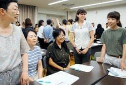 伊丹市教育委員会と兵庫教育大学が開いた研修で、ゲームを通して英語を学ぶ教員ら=伊丹市千僧1、市立総合教育センター