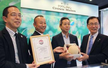 クラウンメロンを香港に売り込んだ袋井市の原田市長(右端)。ジェトロは東海堂に、日本産食材のサポーター店の認定証を授与した=26日、セントラル(NNA撮影)
