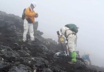 山梨県の調査で富士山の7合目付近で見つかった岩に書かれた矢印=27日(山梨県提供)