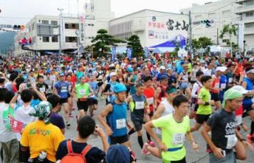 「富士登山競走」で山頂を目指しスタートするランナー=28日、山梨県富士吉田市