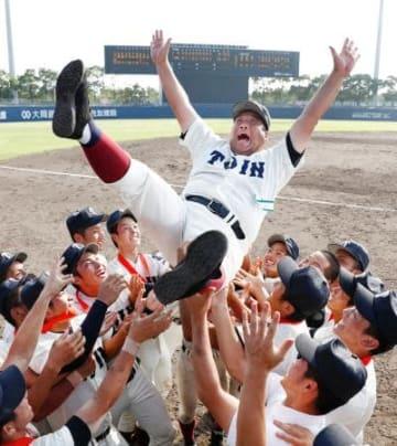 3年ぶり9度目の夏の甲子園出場を決め、胴上げされる大阪桐蔭の西谷監督=大阪シティ信用金庫スタジアム