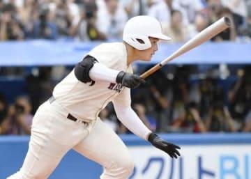全国選手権西東京大会決勝・東海大菅生戦の8回、右前打を放つ早実の清宮幸太郎選手。この試合3打数1安打だったが、高校通算最多本塁打とされる記録を更新する108号を放つことはできなかった=30日、東京・神宮球場
