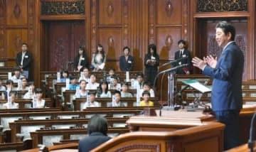 参院の「子ども国会」本会議で、安倍首相のあいさつを聞く小学生=31日午前