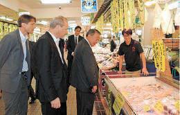 八食センターを視察するドゥプ大使(左から2人目)