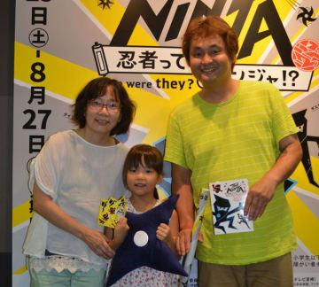 1万人目の入場者となった坂口さん一家=31日午後、宮崎市・みやざきアートセンター