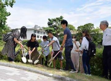 世界一周自転車旅行中に滋賀大を訪れ、学生らとビワの木をキャンパスに植樹したアドリアン・イレッシュさん(彦根市馬場1丁目・滋賀大)