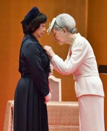 伊藤明子さんにフローレンス・ナイチンゲール記章を授与される皇后さま=2日午前、東京都港区(代表撮影)