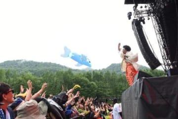 フジロック・フェスティバルの最終日に初登場し、幅広い世代を盛り上げたレキシ=7月30日、新潟県湯沢町(撮影・岡利恵子)