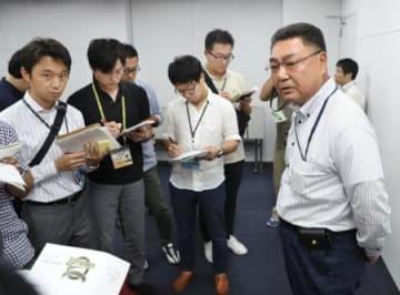 オリックス・奥浪の契約解除について、報道陣に説明する長村裕之球団本部長(右端)=京セラドーム
