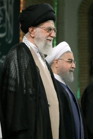 3日、イラン首都テヘランで式典に臨むロウハニ大統領(右)と最高指導者ハメネイ師(イラン最高指導者事務所提供・共同)