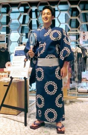 東京五輪の公式エンブレムをあしらった浴衣を着て笑顔の瀬戸大也=4日、東京都中央区