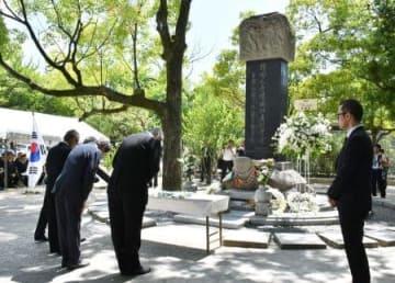 「韓国人原爆犠牲者慰霊碑」の前で営まれた慰霊祭=5日午前、広島市の平和記念公園