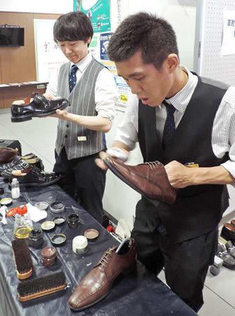 靴磨きの出張サービスを行う「革靴をはいた猫」のメンバーたち。障害者と学生スタッフがともに働いている(京都市伏見区・区役所)