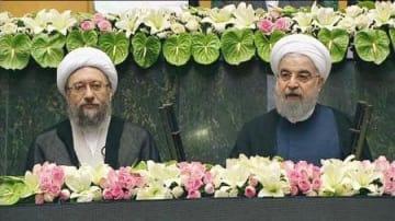 イランの国会で宣誓するロウハニ大統領(右)=5日(国営テレビ提供・共同)